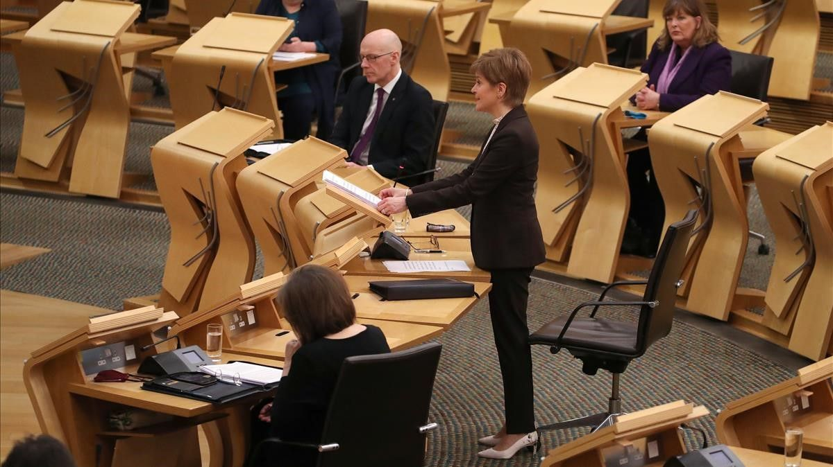 La ministra principal de Escocia, Nicola Sturgeon, durante el anuncio del nuevo confinamiento en el Parlamento de Edimburgo.