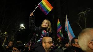 Una niña ondea un bandera LGTBI en Barcelona a finales de enero.