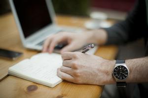 Dues opcions per conciliar: treballar quatre dies o menys hores al dia