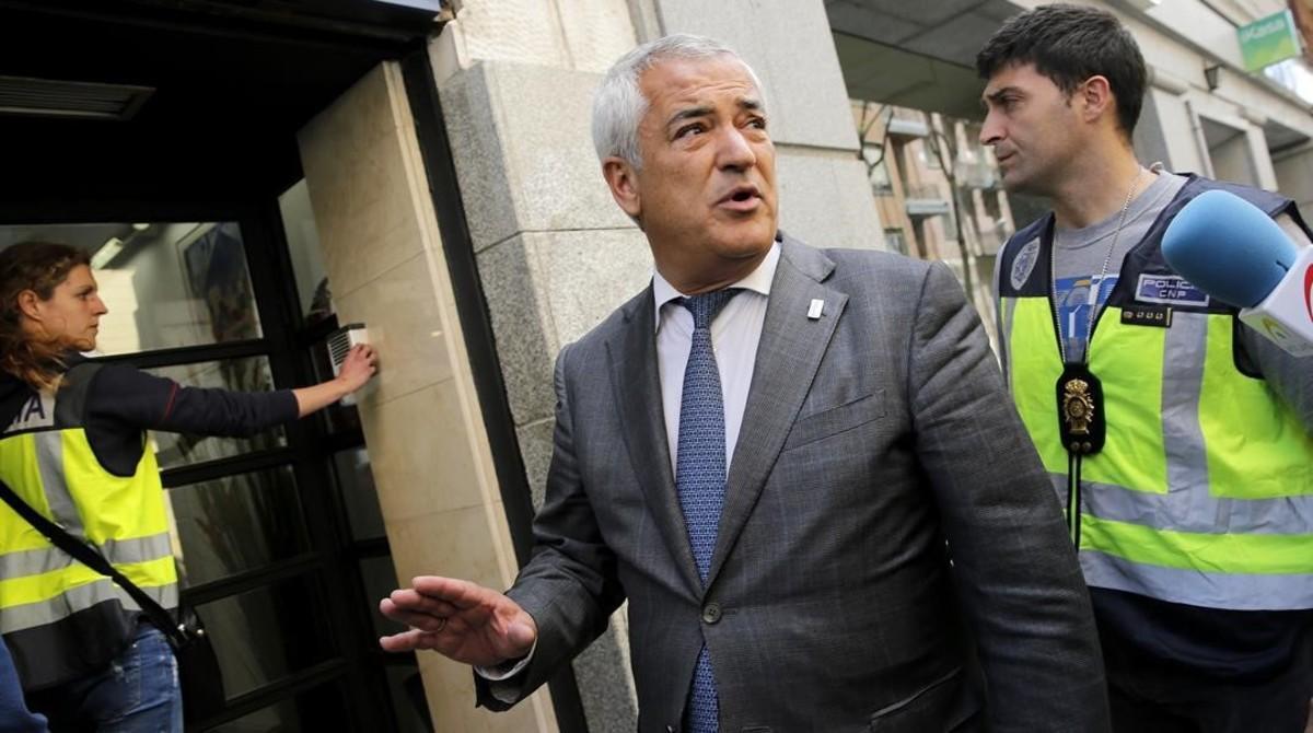 El presidente de Ausbanc, Luis Pineda, a su salida de la sede dela asociación en Madrid.