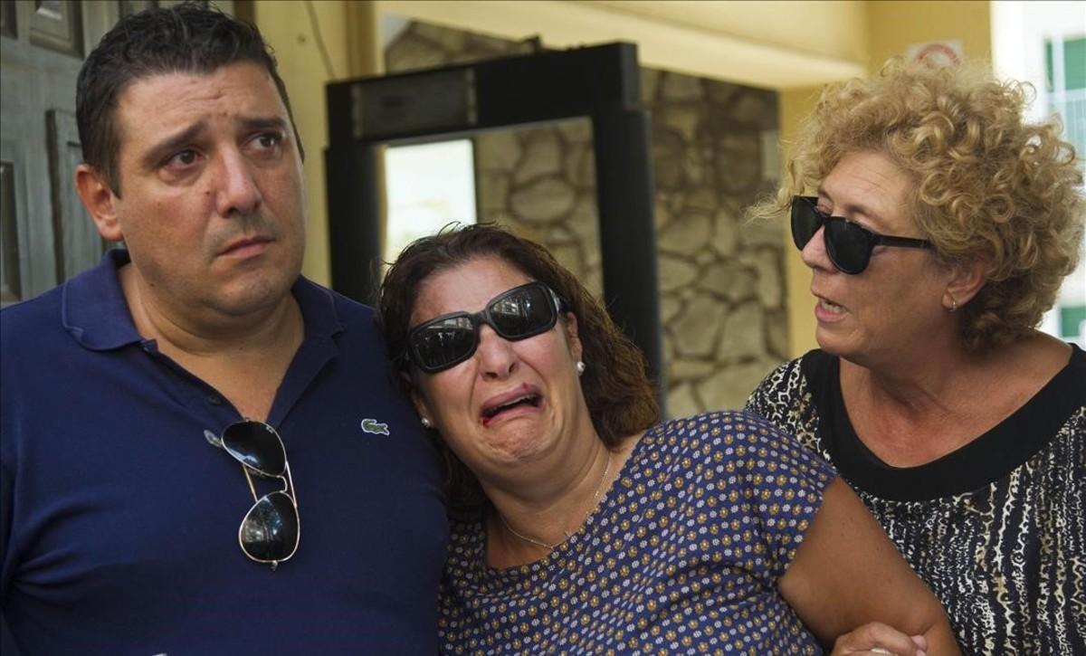 Noeliay Alberto,padres de acogida preadoptiva de Joan, de cuatro años, son consolados tras entregar a su madre biologica al menor al que han cuidado desde que tenia un año.