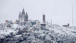 Vista de Barcelona, con la montaña del Tibidabo al fondo, cubierta de nieve, el 20 de marzo de hace dos años.