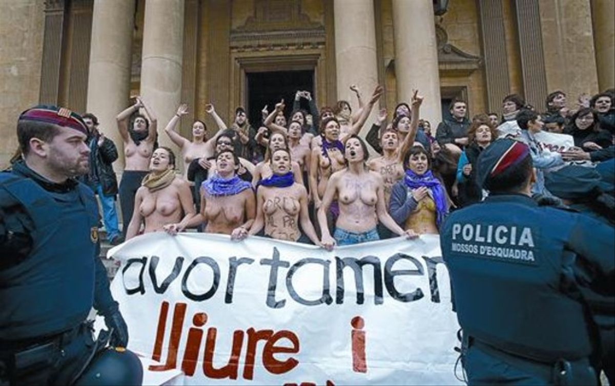Manifestantes feministas protestan contra una concentración de antiabortistas en Barcelona, en el 2010.
