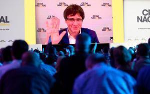 Puigdemont saluda desde la gran pantalla durante el acto fundacional de la Crida, celebrado el 27 de octubre en Manresa.