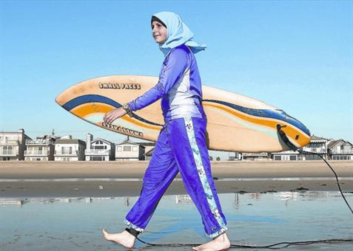 'Burkini'.Una joven viste un traje de baño acorde con las normas del islam, en California.