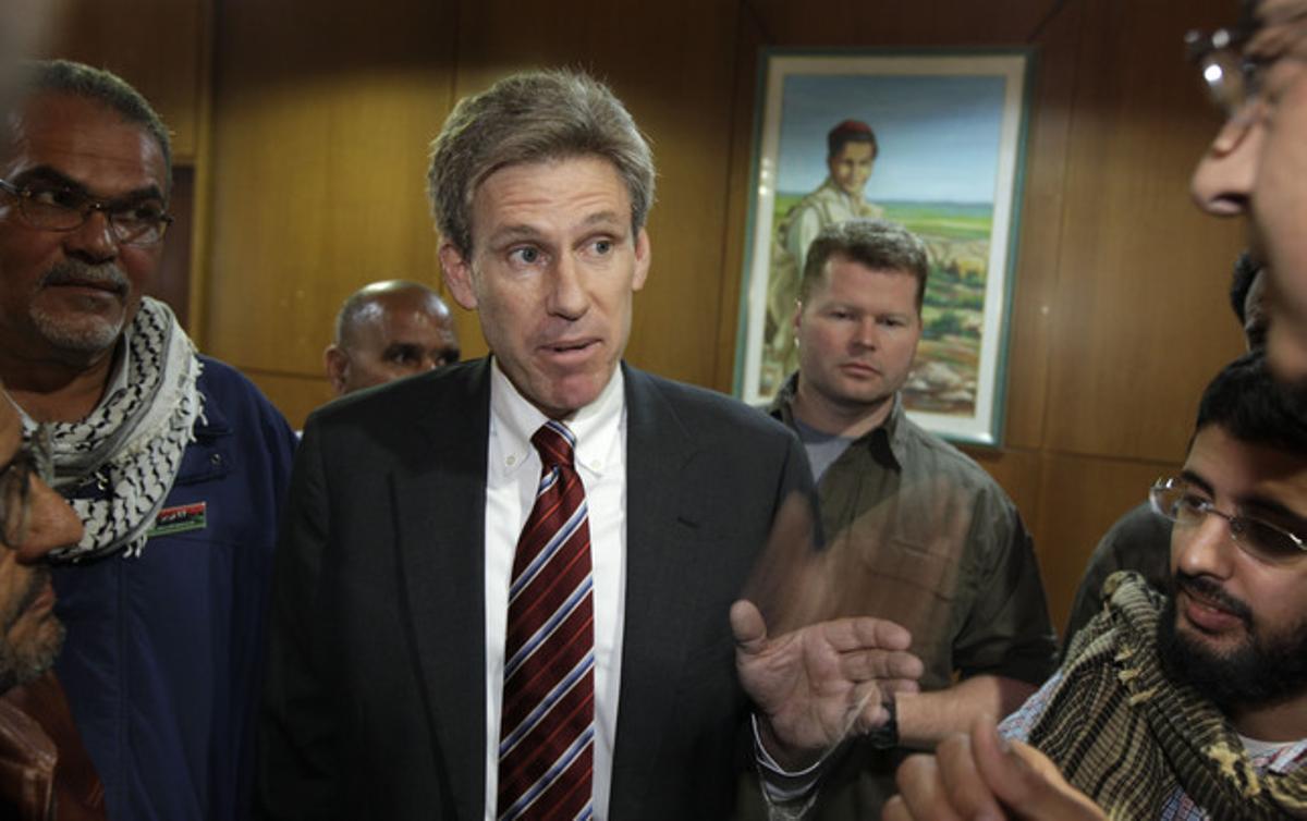 El embajador de EEUU en Libia, Chris Stevens, habla con los medios, el pasado abril, en Bengasi.