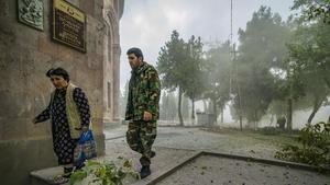 01 October 2020.Azerbaijan,Martuni. Un soldado acompaña a una mujer a un refugio mientras el conflicto recrudece en el Alto Karabaj