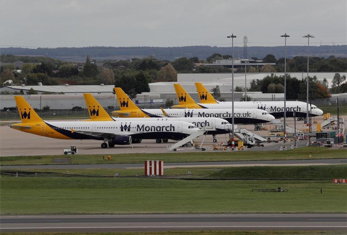 Aviones de Monarch en el aeropuerto de Birmingham, en el Reino Unido.