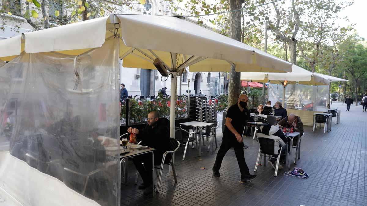 Los Mossos y las policías locales velarán para que se cumplan las normas en las terrazas. En la foto, una terraza en Barcelona. En el vídeo, unos agentes de los Mossos realizan una inspección en la plaza de la Font de Tarragona.