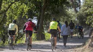 Bicis y paseantes comparten espacio en la carretera de las Aigües, este sábado