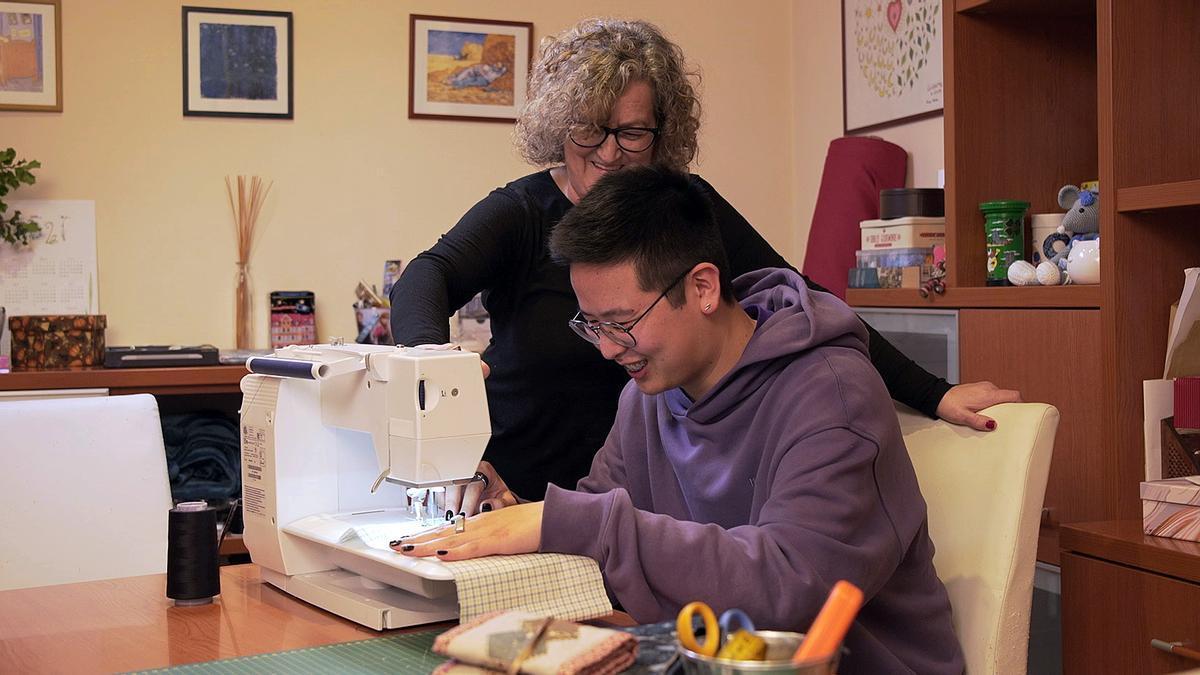 El creador de contenidos de 'Adolescents iCat' Long Li Xue aprende a coser con Anna Garcia, su pareja en el programa 'Canvi de xip'.