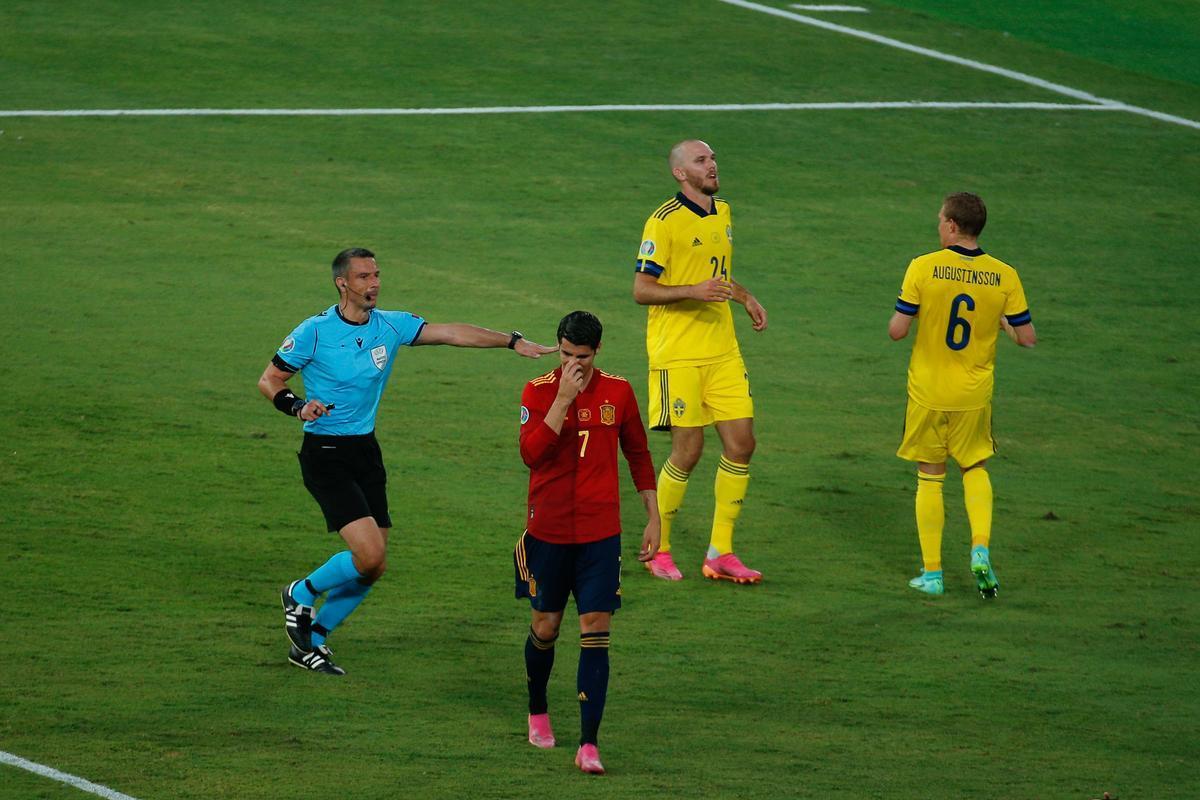 El delantero de España Álvaro Morata (c) se lamenta tras una ocasión fallada ante Suecia.