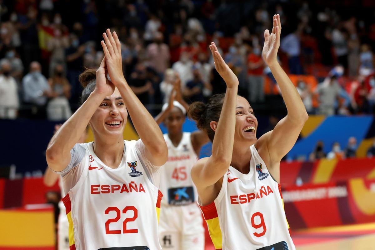 Las internacionales españolas María Conde (i) y Laia Palau saludan al público tras la última victoria en el Eurobasket.