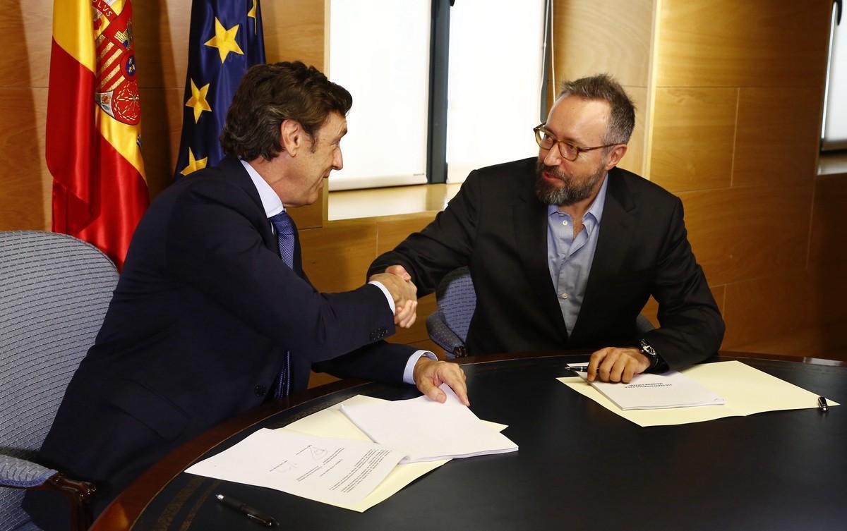 Hernando (izquierda) y Girauta, este domingo, tras firmar el acuerdo.