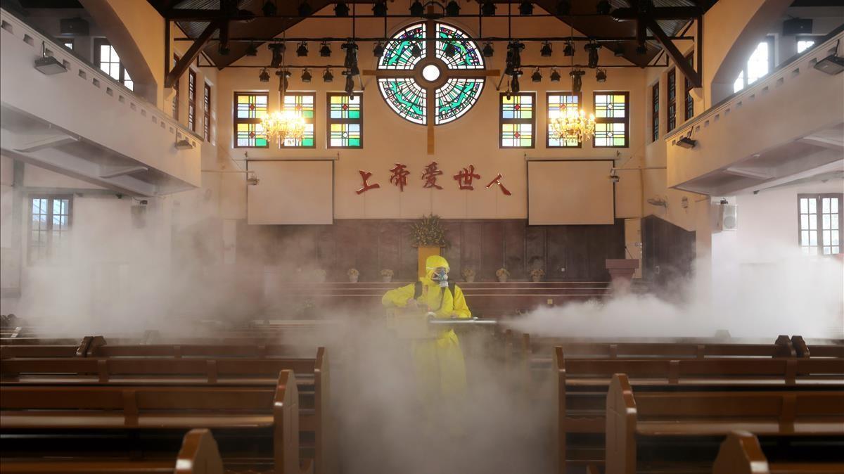 Un voluntario desinfecta una iglesia católica en Wuhan, el 6 de marzo de 2020.
