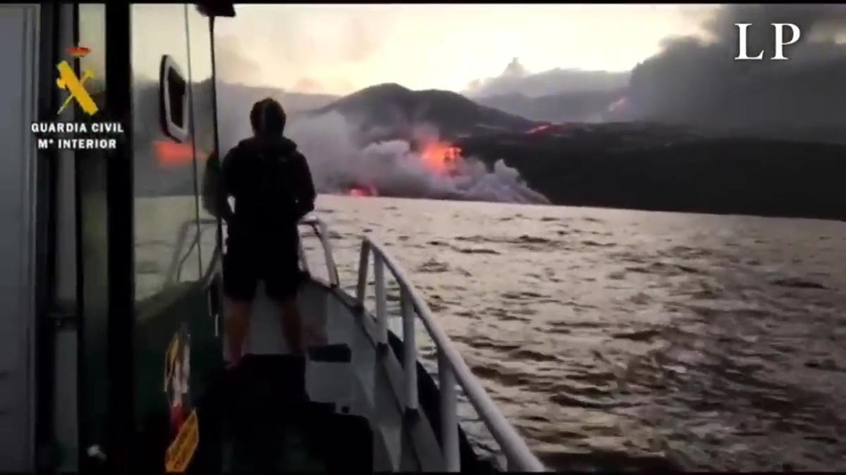 La lava del volcán de La Palma continúa cayendo al mar.