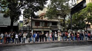 Gente hace cola en Caracas para coger el autobús.