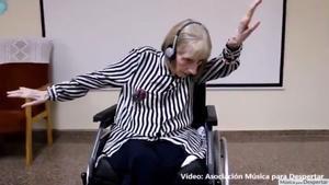 L'emotiva reacció d'una exballarina amb Alzheimer al sentir 'El llac dels cignes' | VÍDEO