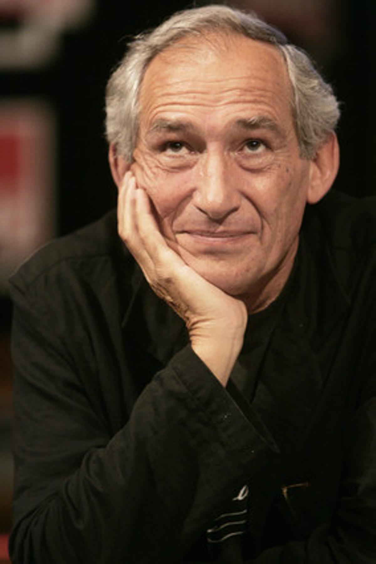 Alain Corneau en un estudio de radio francés, en 2006.