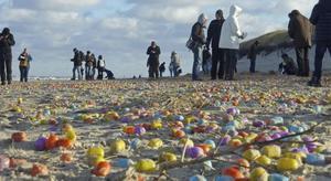 Decenas de miles de sorpresas de huevos de chocolate en una playa de una isla alemana.