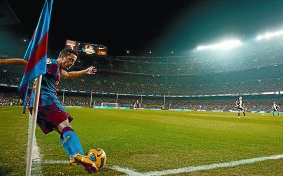 Xavi ejecuta un saque de esquina, ayer en el Camp Nou.