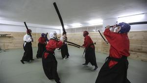 Batalla campal con espadas de gomaespuma, una de las actividades con adrenalina de Samurai Experience.