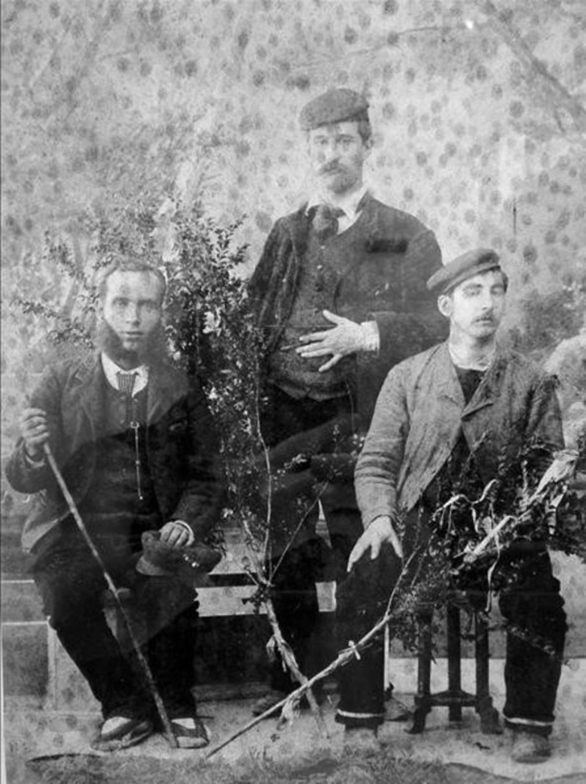 Fotografía deSantiago Rusiñol (de pie) y Ramon Casas, en 1889, junto con el carretero (izquierda).