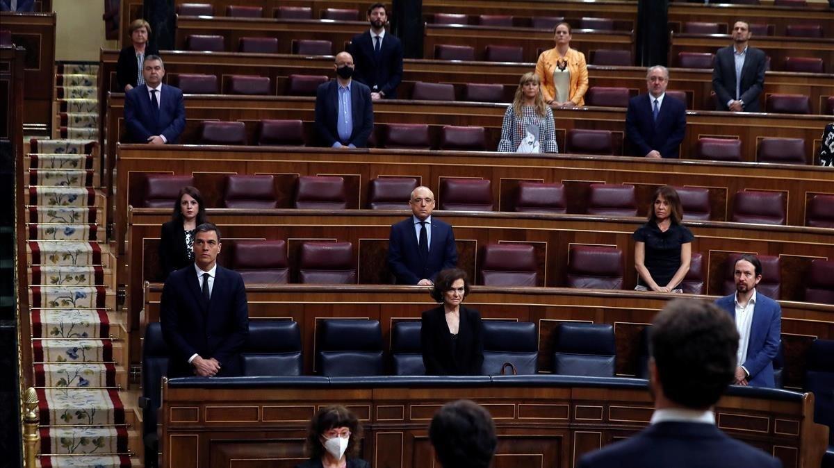 El presidente del Gobierno, Pedro Sánchez, en el Pleno del Congreso para pedir la última prórroga sobre estado de alarma junto a parte de su equipo