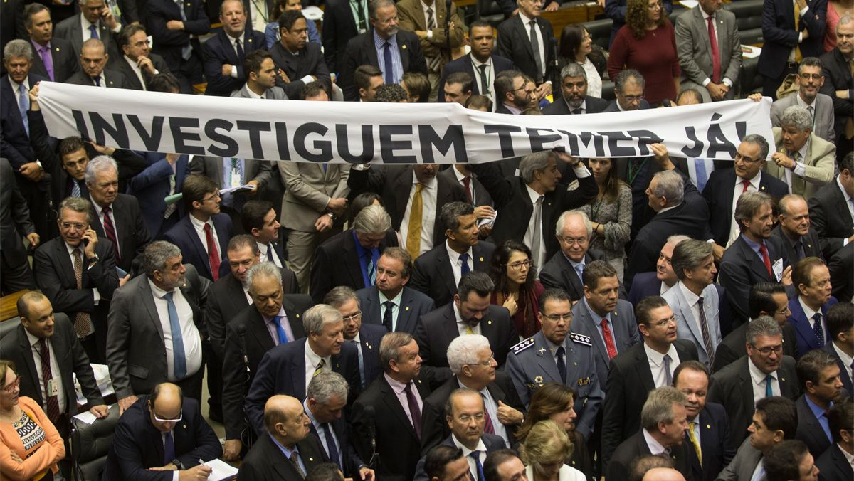 Diputats de l'oposició protesten amb una pancarta contra Temer, a Brasília, el 2 d'agost.