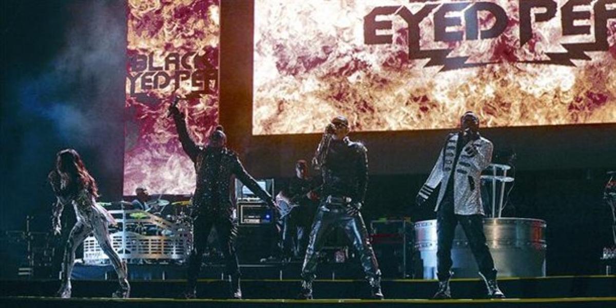 Els Black Eyed Peas, ahir a la nit, durant el concert que la banda de pop urbà va oferir a l'estadi del RCD Espanyol.