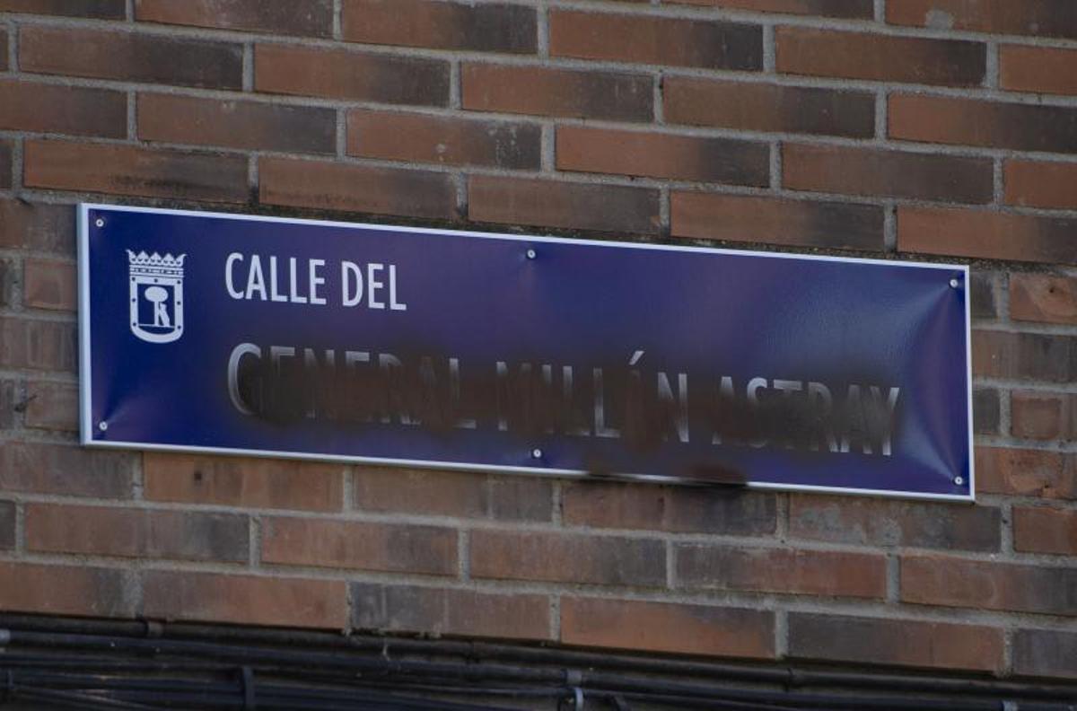 Placa de la calle general Millán Astray vandalizada días después de ser restituida, a 30 de agosto de 2021, en Madrid, (España). La placa con el nombre del general gallego en sustitución de la de la calle a la que daba nombre la maestra Justa Freire, ha sido vandalizada días después de ser sustituido tras las sentencias del Tribunal Superior de Justicia de Madrid.
