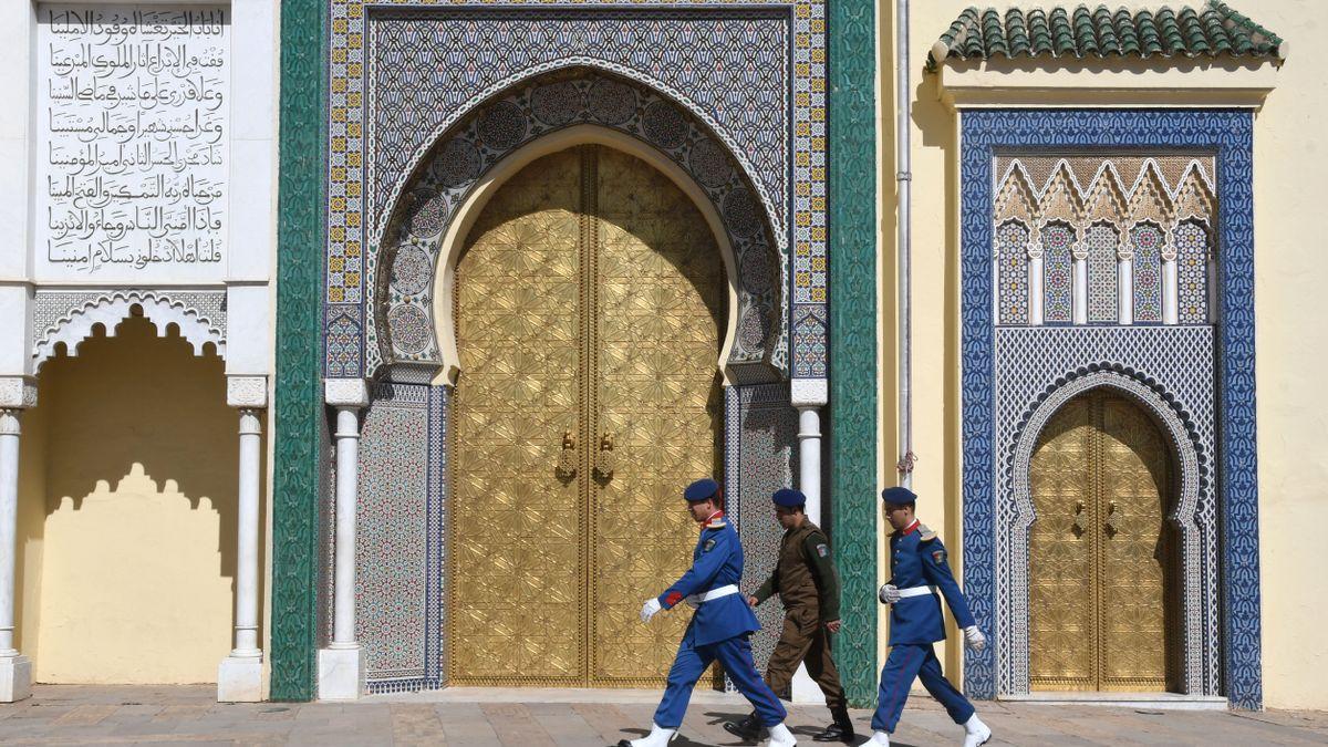 Tres miembros de las fuerzas de seguridad marroquíes pasean por Fez.