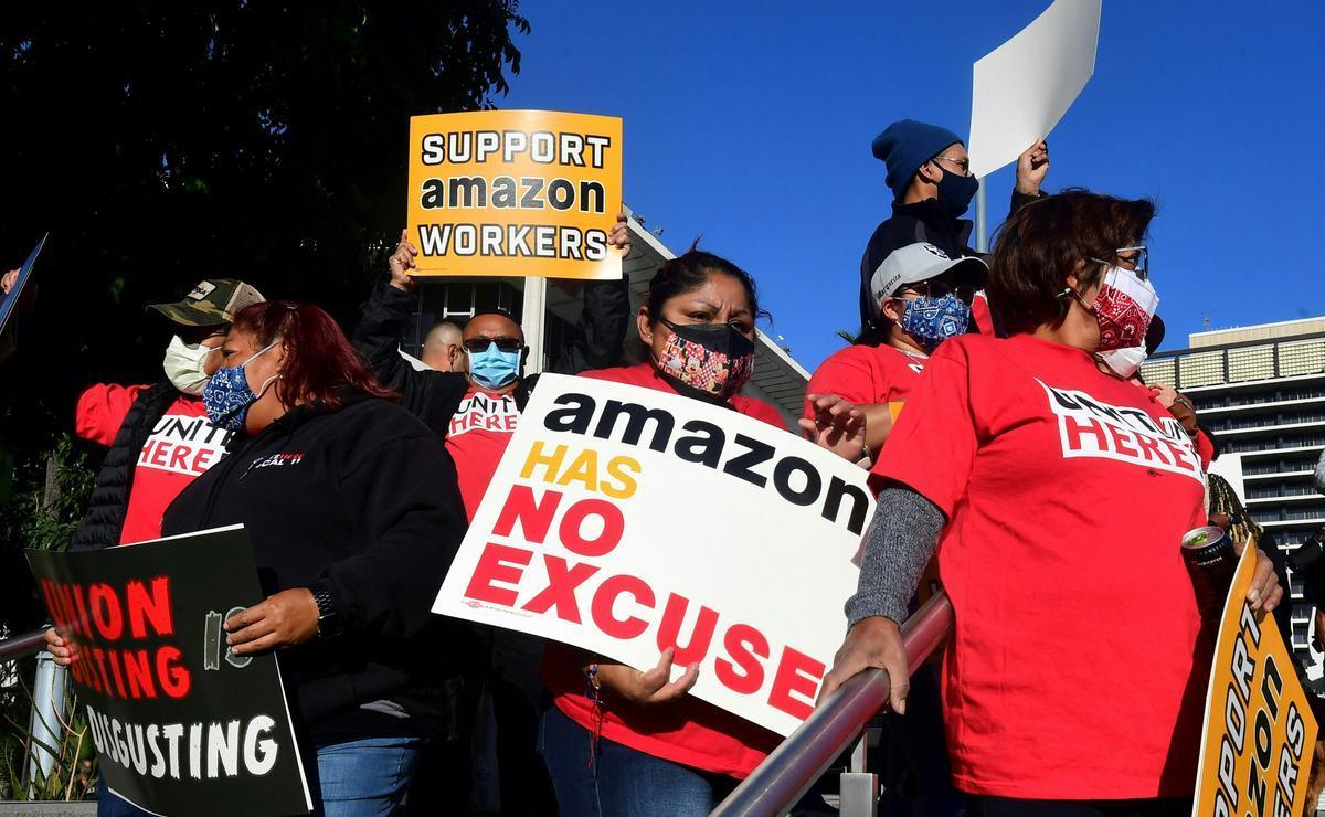 Concentración de trabajadores en Los Ángeles en apoyo a los empleados de Amazon en Bessemer, Alabama.