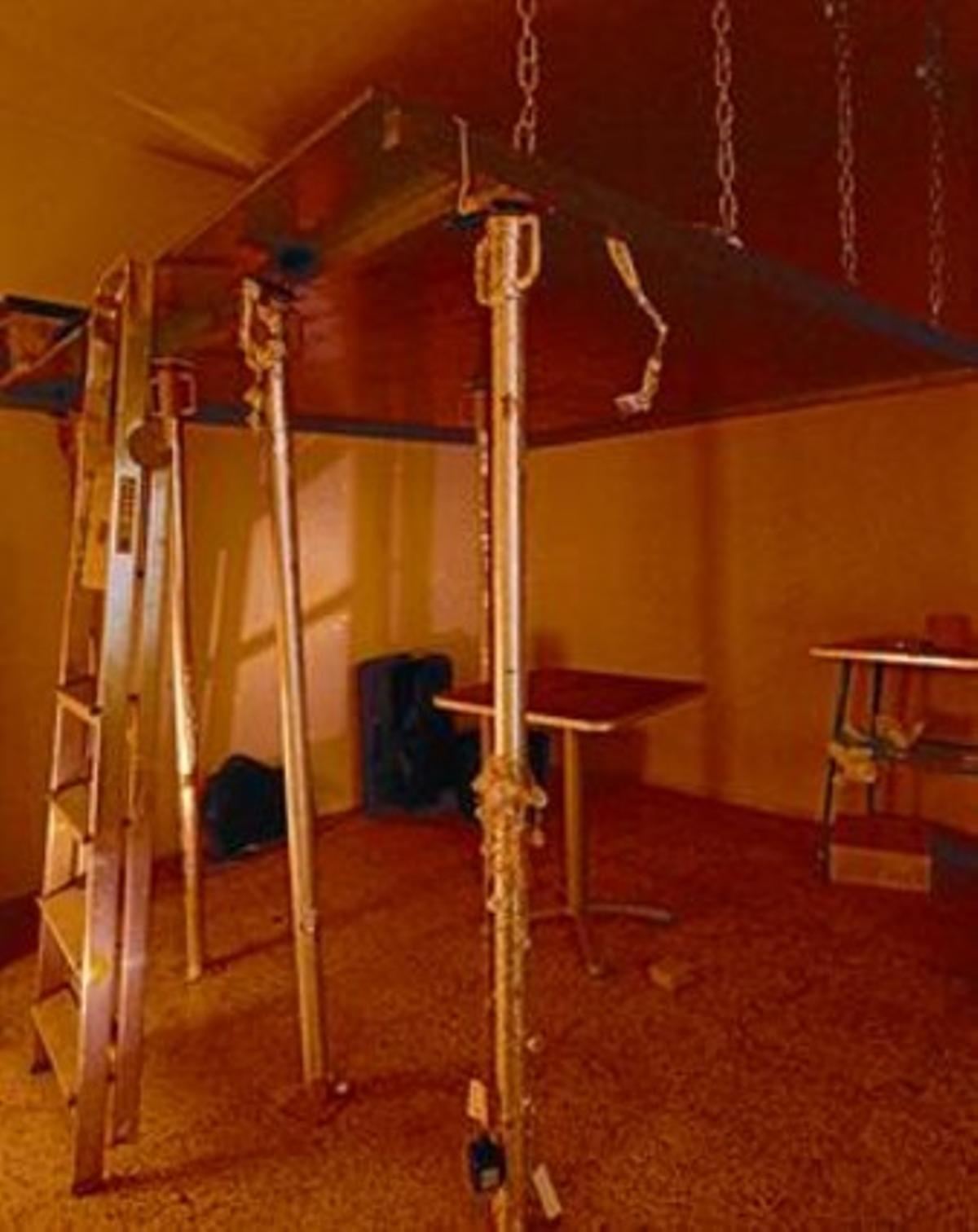 Cama elevada para ahorrar espacio en un piso de la calle de la Cera.