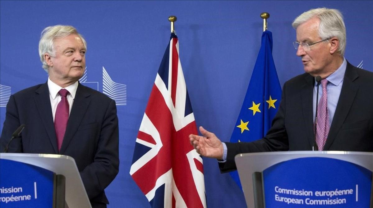 El jefe negociador británico del 'brexit', David Davis (izquierda), y el europeo, Michel Barnier, en el inicio de las conversaciones, el 19 de junio en Bruselas.