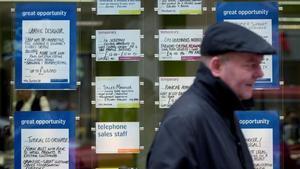 Un hombre pasa ante una oficina de empleo en el centro de Londres.