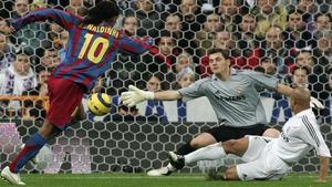 Ronaldinho bate a Casillas en un clásico en el Bernabéu del 2005.