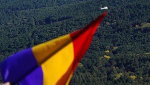 Una bandera republicana española y, al fondo, el helicóptero con los restos de Franco.