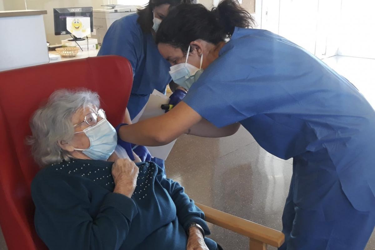 Encarna Martínez, de 88 años, primera residente vacunada de covid en la Residencia Pedra Serrada de Parets