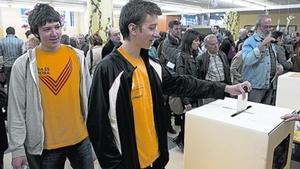 Un noi vota en la consulta sobiranista del 9-N, a Barcelona.