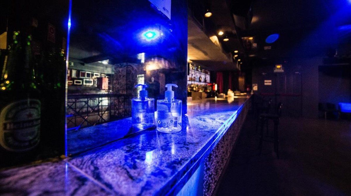 Gel hidroalcohólico en la barra de una discoteca.