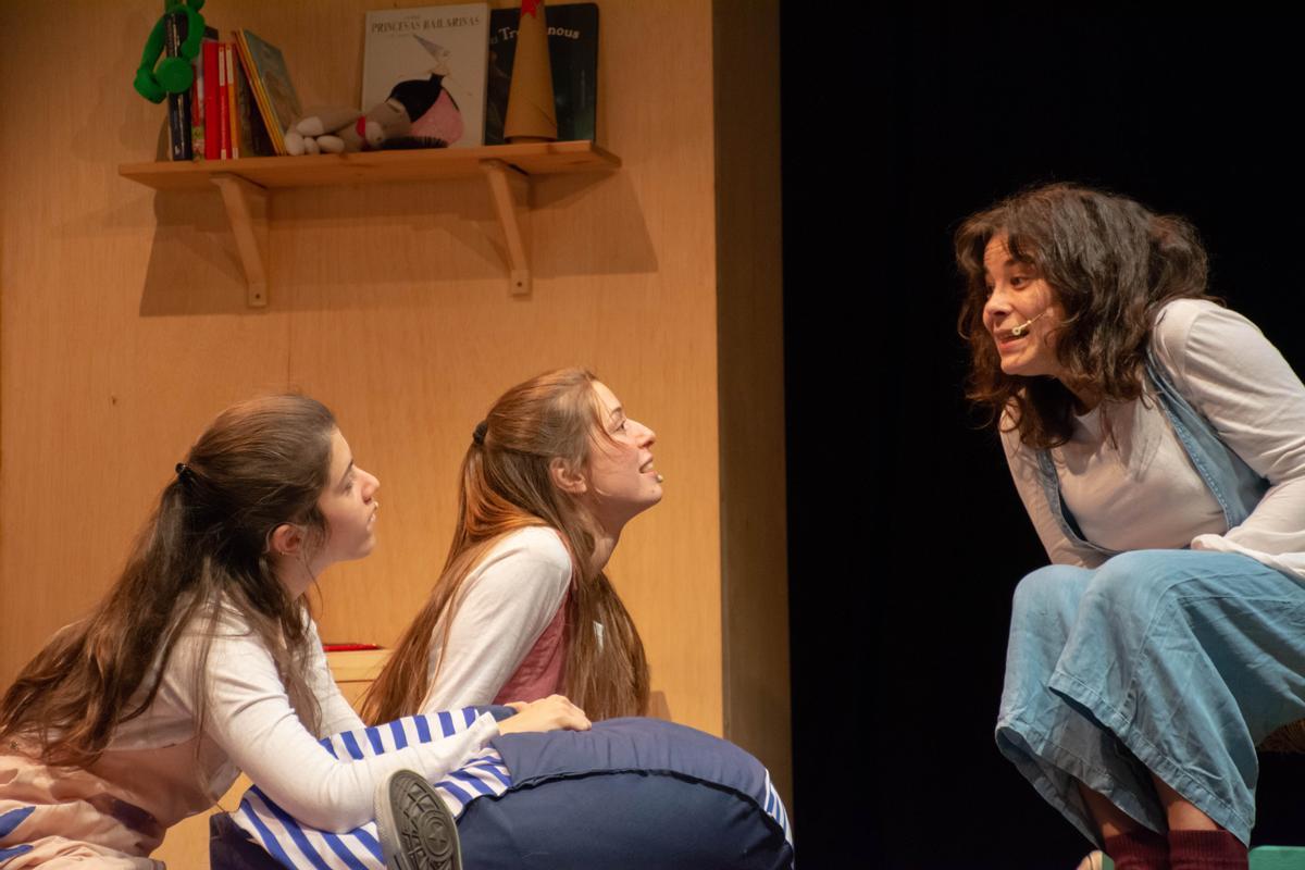 La madre explica un cuento a Inma (izquierda) y Gina.