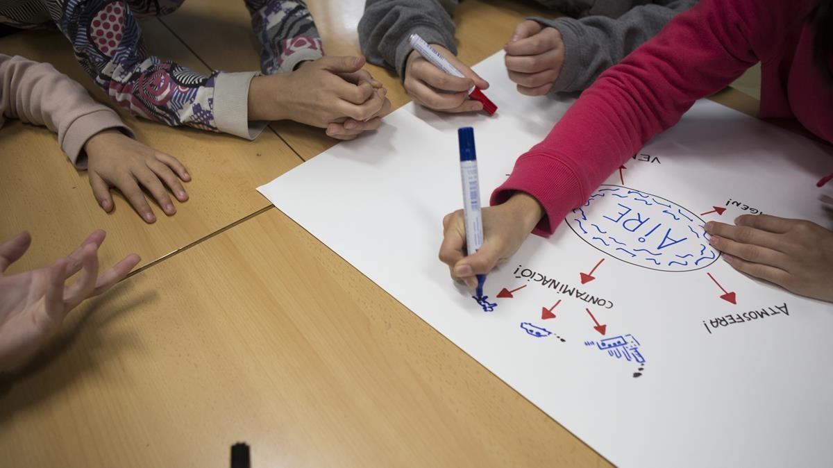 Alumnos del instituto Jaume Balmes durante el proyecto Enlaira't sobre la contaminación en la ciudad de Barcelona