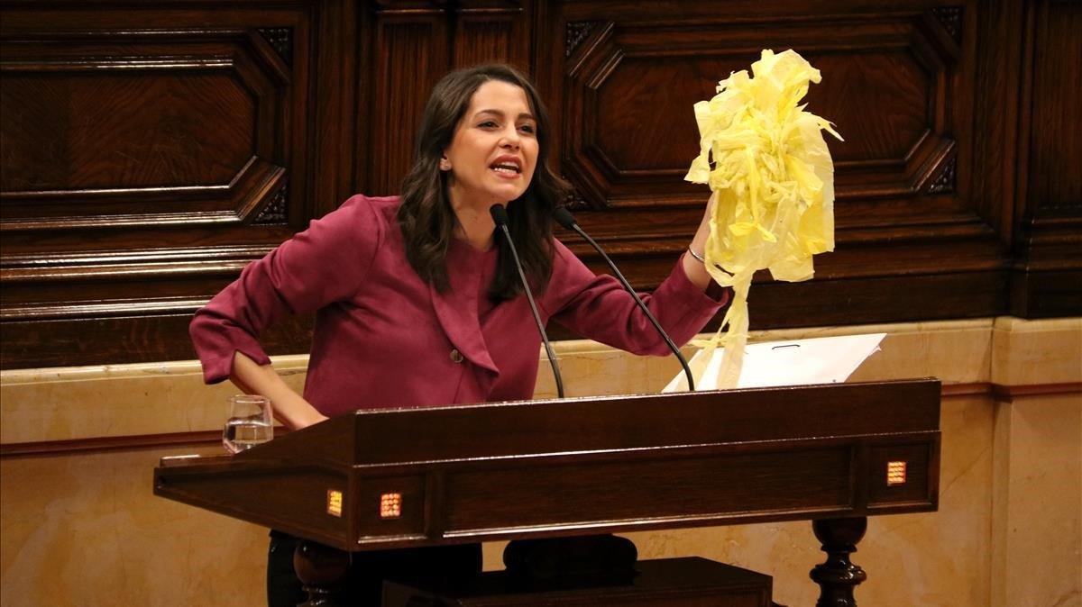 La diputada de Ciudadanos Inés Arrimadas,exhibiendo en el Parlament lazos amarillos retirados por ella misma.