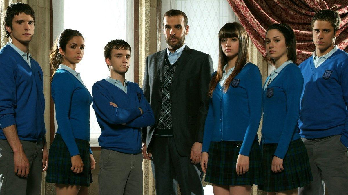 El actor Daniel Retuerta, tercero por la izquierda, posa con el equipo de 'El internado'.