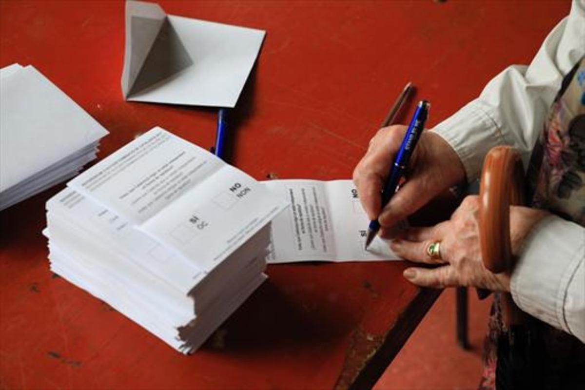 Una ciudadana se dispone a votar en el referéndum del 1 de octubre.