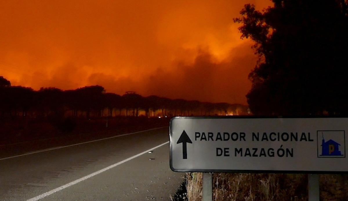 La cercanía de las llamas ha obligado a desalojar el Parador Nacional de Mazagón.