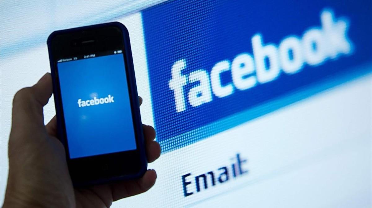 Logos de Facebook en el móvil y en la web.