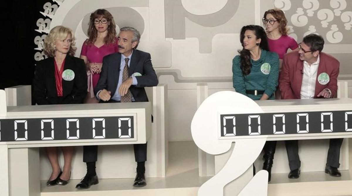 Los protagonistas de 'Cuéntame...', en el plató del concurso 'Un, dos, tres, responda otra vez'.