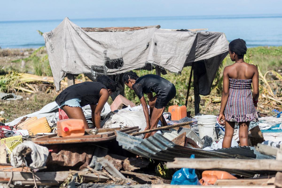Unos haitianos recuperan sus enseres personales de entre las ruinas de su vivienda tras el terremoto de 7,2 grados.